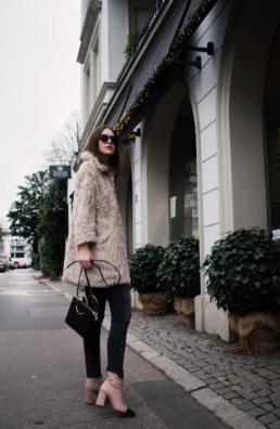 Kunstfell Mantel Vero Moda Topshop Boots H&M highwaist jeans | Fancyflare